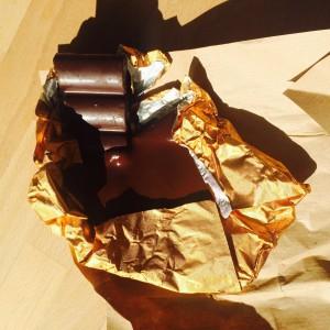 Gesmolten chocola.. oeps! Ondanks dat je chocola niet in de koelkast hoeft te bewaren, is bewaren in de volle zon ook niet aan te raden!